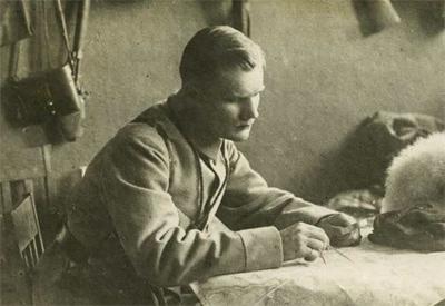 Heikki Kaljunen Terijoen punakaartin esikunnassa 1918. Kuva: Työväen Arkisto.